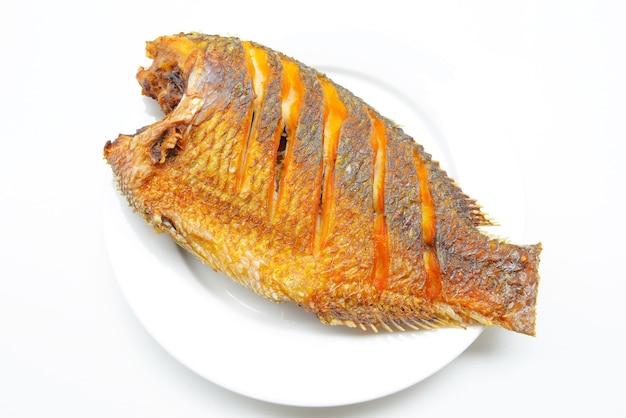 Smażąca tilapia ryba smażąca na talerzu