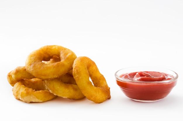 Smażący calamari dzwoni z ketchupem odizolowywającym na biel powierzchni
