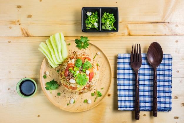 Smażący ryż w postaci tajlandzkiego jedzenia.