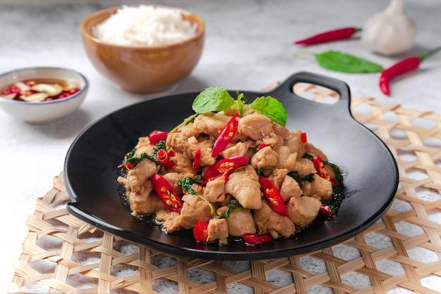 Smażona bazylia i kurczak podawane z jajkiem sadzonym i ryżem tajskie jedzenie uliczne