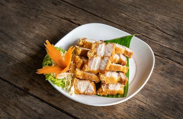 Smażona chrupiąca wieprzowina z sosem rybnym. koncepcja stylu tajskiej kuchni