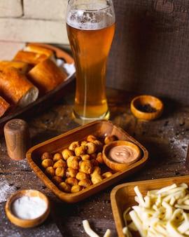 Smażona dushbara podawana z sosem i piwem