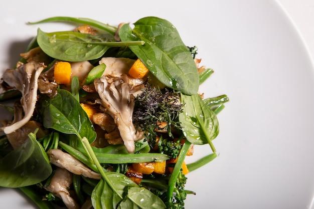 Smażona heura z smażonymi warzywami sezonowymi i liśćmi ogrodowymi. pierwszoplanowy. zdrowe jedzenie. pojedyncze zdjęcie.