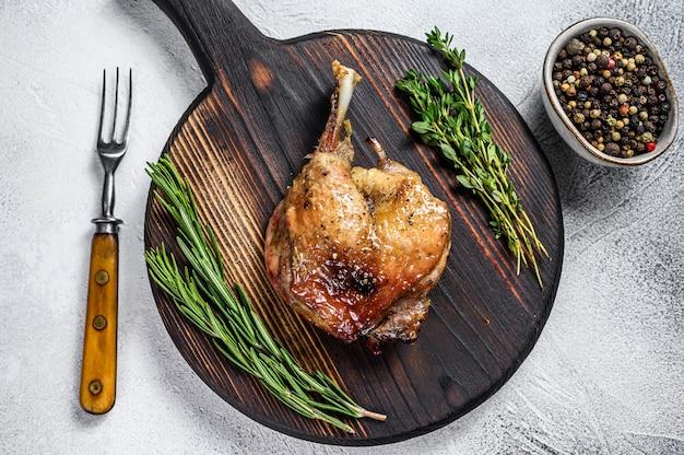 Smażona kaczka confit pieczone mięso drobiowe z udka