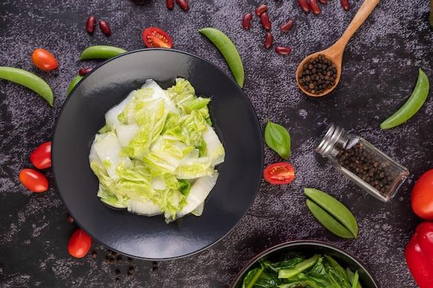 Smażoną kapustę pekińską wymieszać z sosem ostrygowym.