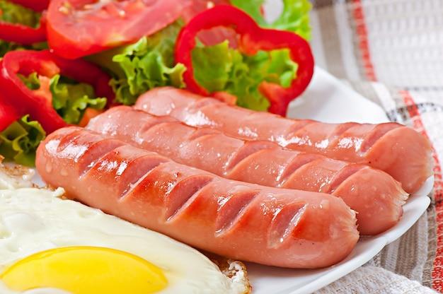 Smażona kiełbasa, jajko i mieszana sałatka
