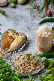 Smażona makrela chili pasta i zestaw warzyw, tajskie jedzenie.