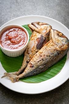 Smażona makrela z pikantnym sosem z pasty krewetkowej