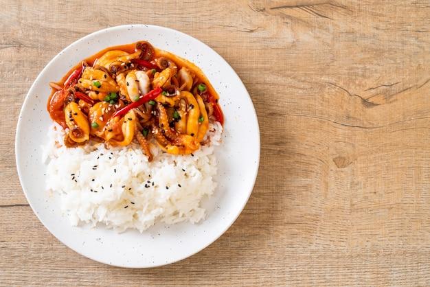 Smażona ośmiornica lub kalmary i koreańska pikantna pasta (osam bulgogi) z ryżem