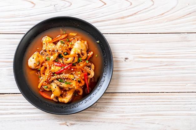 Smażona ośmiornica lub kalmary z koreańską pikantną pastą (osam bulgogi)