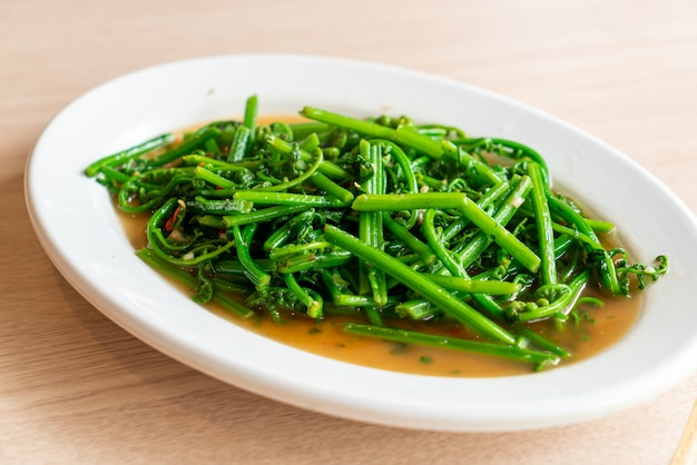 Smażona paproć vagatable z sosem ostrygowym. azjatycki styl jedzenia