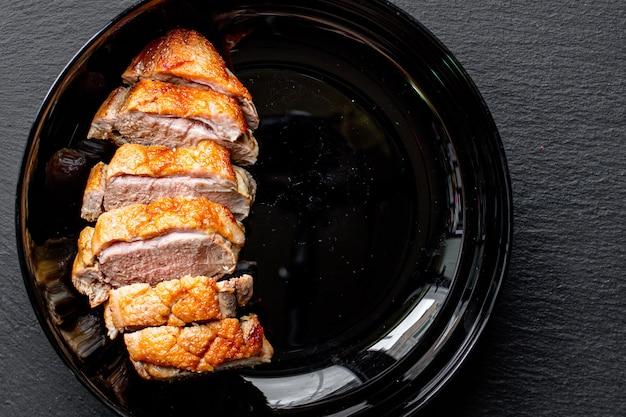 Smażona pierś z kaczki i liście sałaty porcja grillowana lub grillowana mięso drobiowe pieczone