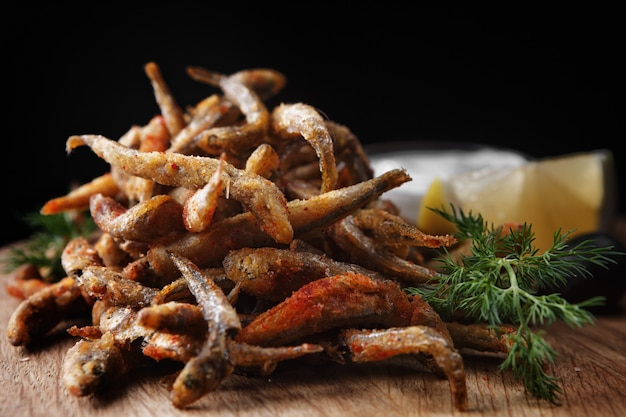 Smażona ryba anchois