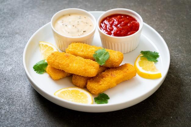Smażona ryba paluszki lub ryba frytki z sosem