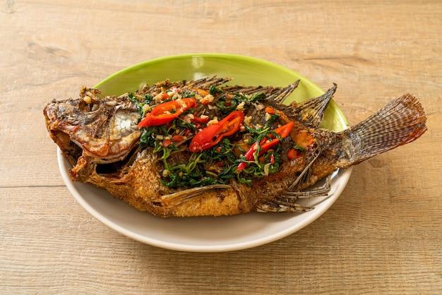 Smażona ryba tilapia z sosem czosnkowym basil chili na wierzchu - domowe jedzenie