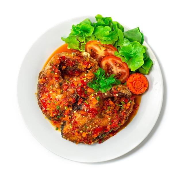 Smażona ryba w słodkim sosie chili w białym talerzu na białym tle widok z góry