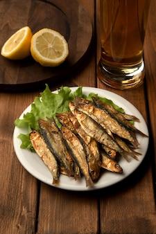 Smażona ryba z kuflem piwa