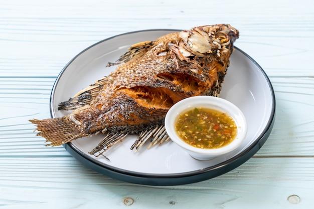 Smażona ryba z pikantnym sosem z owoców morza