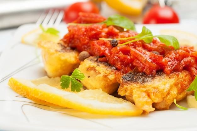 Smażona ryba z sosem warzywnym.