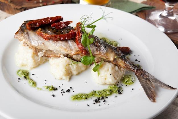 Smażona ryba z suszonymi pomidorami i ryżem z sosem szpinakowym