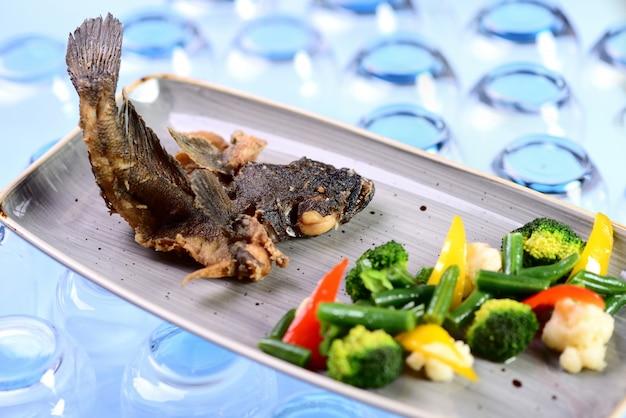 Smażona ryba z warzywami. pieczona babka