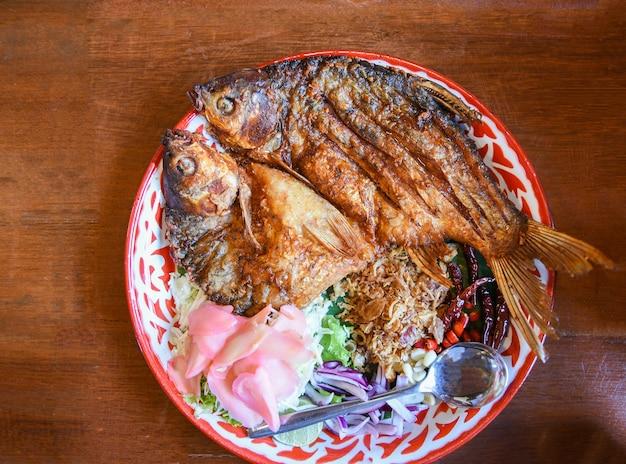 Smażona ryba z warzywnymi przyprawami ziołowymi, ryba marynowana