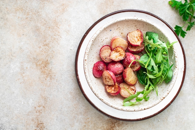 Smażona rzodkiewka świeże warzywa oryginalny przepis dieta keto lub paleo wegetariańska dieta wegańska lub wegetariańska