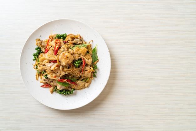 Smażona święta bazylia z rybą i ziołami - azjatyckie jedzenie
