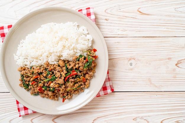 Smażoną tajską bazylię wymieszać z mieloną wieprzowiną na ryżu