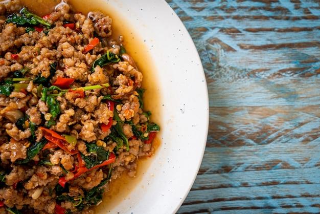 Smażoną tajską bazylię wymieszać z mieloną wieprzowiną