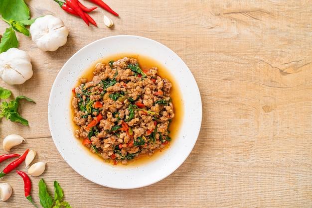 Smażoną tajską bazylię z mieloną wieprzowiną