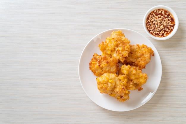 Smażona w głębokim tłuszczu kukurydza z sosem - kuchnia wegańska i wegetariańska