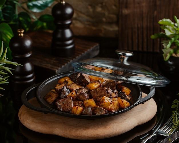 Smażona wątroba z pieczonymi ziemniakami na patelni