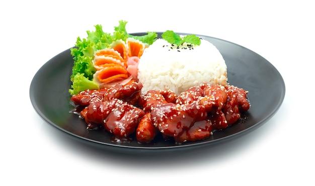 Smażona wieprzowina dwaegangjeong z sosem pikantnym i słodkim posyp sezamem