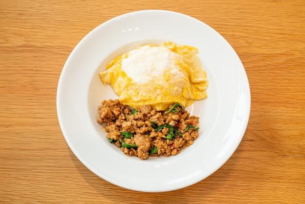 Smażona wieprzowina i bazylia z kremowym omletem na ryżu - azjatyckie jedzenie