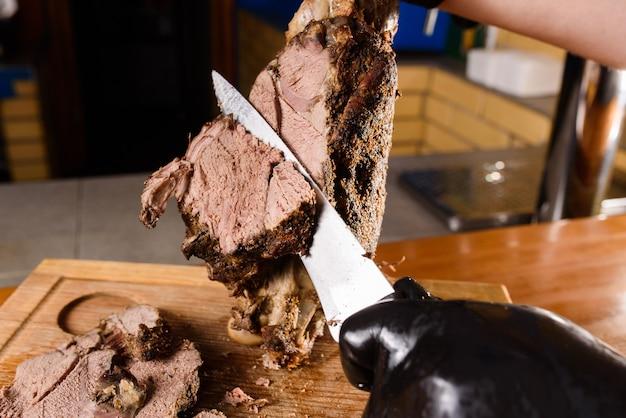 Smażona wieprzowina pokrojona nożem