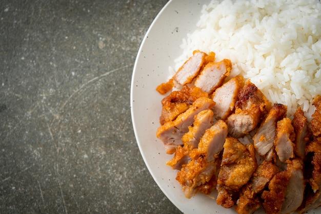 Smażona wieprzowina polana ryżem z pikantnym sosem dipowym