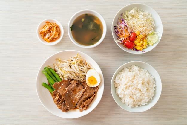 Smażona wieprzowina teriyaki z sezamem, kiełkami fasoli mung, gotowanym jajkiem i zestawem ryżu - po japońsku