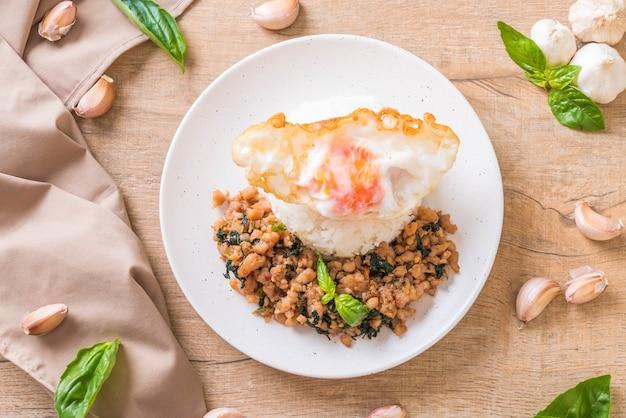 Smażona wieprzowina z bazylią na ryżu i jajkiem sadzonym