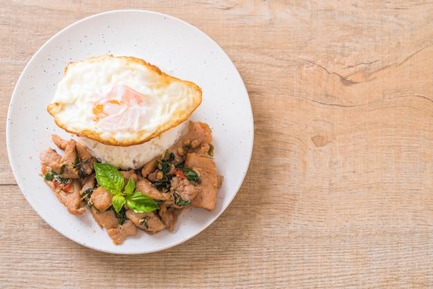 Smażona wieprzowina z bazylią na ryżu i jajku sadzonym