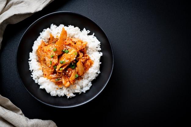Smażona wieprzowina z kimchi na ryżu