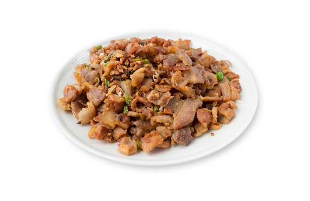 Smażona wieprzowina z sosem rybnym na białym tle
