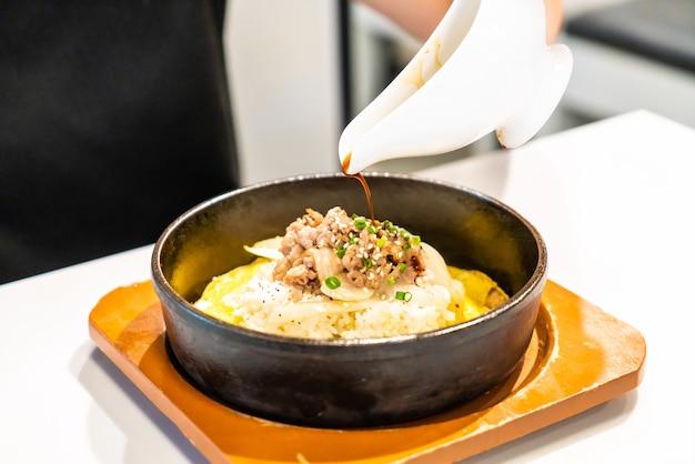 Smażona wołowina na ryżu z jajkiem