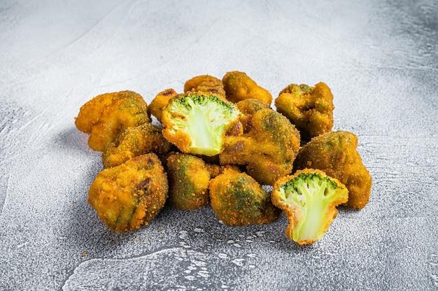 Smażone brokuły panierowane na stole w kuchni