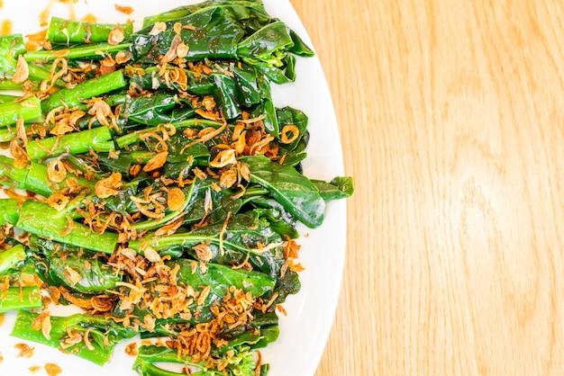 Smażone chińskie brokuły lub jarmuż w sosie ostrygowym
