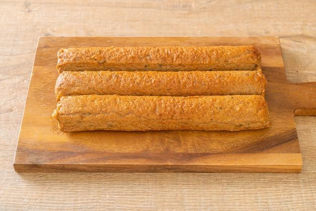 Smażone chińskie ciasto rybne lub linia kulek rybnych na desce drewnianej