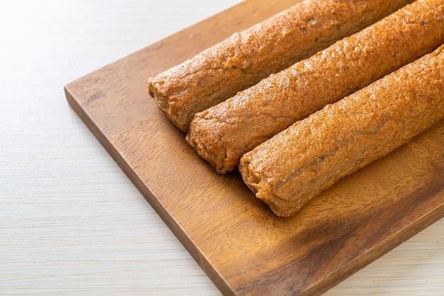 Smażone chińskie ciasto rybne lub linia kulka rybna na desce