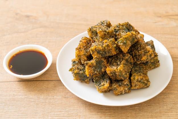 Smażone chińskie ciasto ze szczypiorkiem - azjatyckie jedzenie