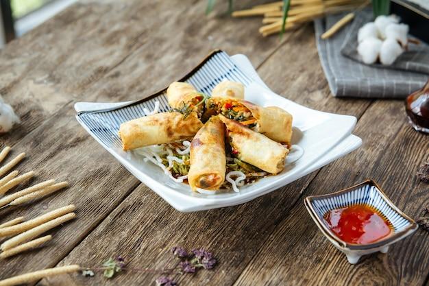 Smażone chińskie sajgonki słodki sos chili