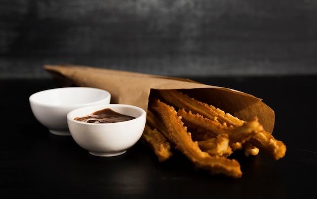 Smażone churros z rozpuszczoną czekoladą i cukrem